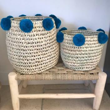 Panier tressé osier pompons bleu pétrole