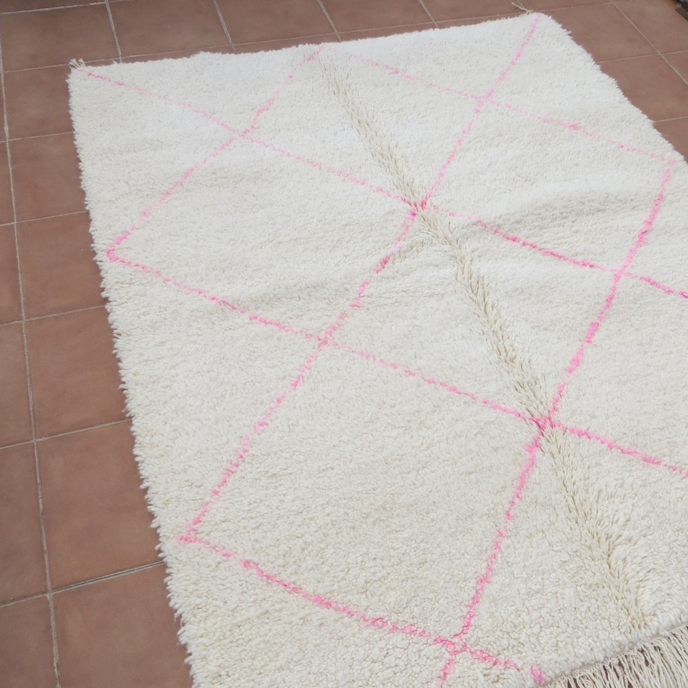 tapis berb re b ni ouarain en laine motif rose vif 200 x 160cm. Black Bedroom Furniture Sets. Home Design Ideas