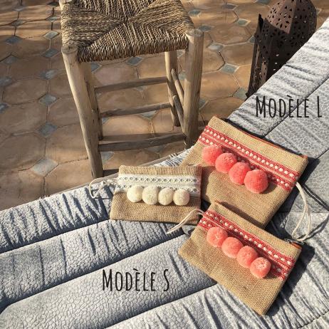 Pochette S colorée en jute naturelle avec 4 pompons