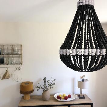 Lustre de Bali fait main en perles de bois coloris Noir et Blanc
