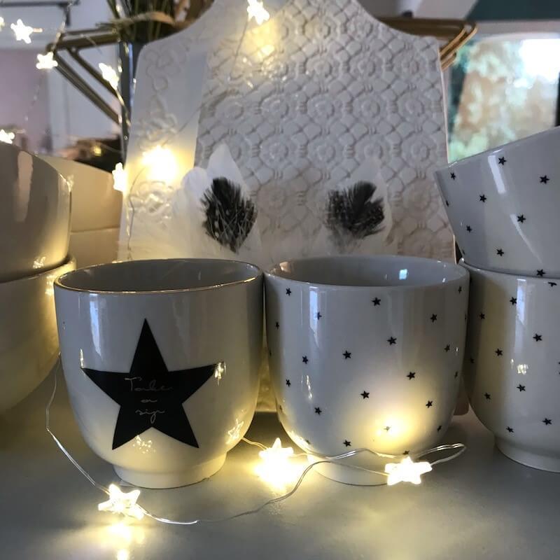 bols et tasses avec guirlande lumineuse