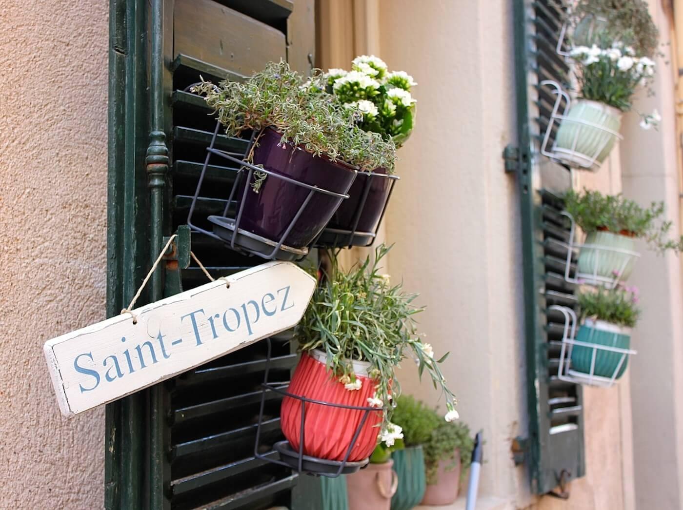 st tropez rue avec fleurs
