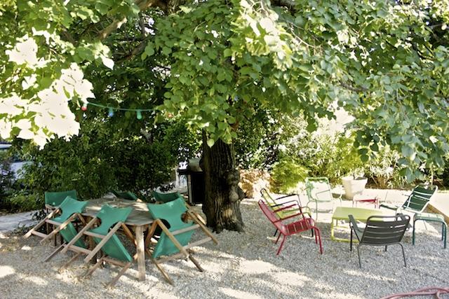 terrasse avec chaises style bohème