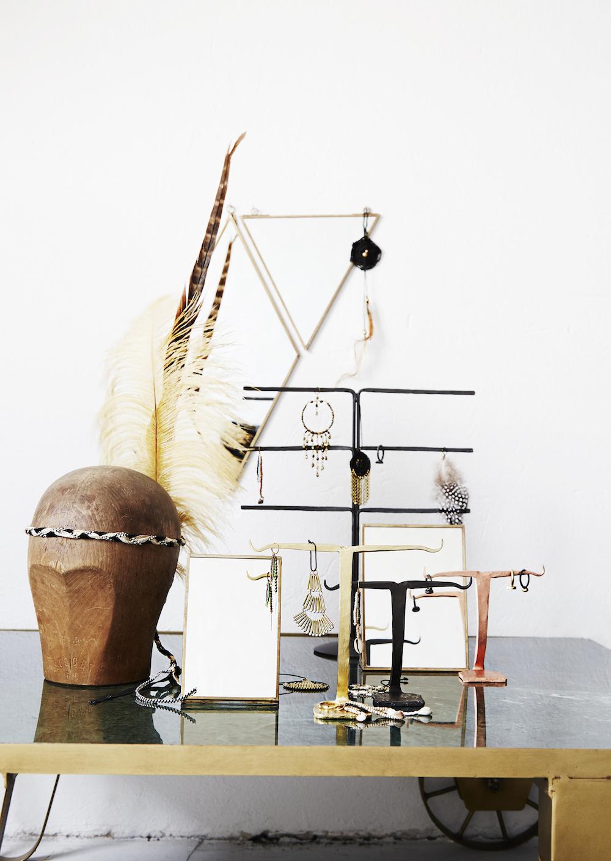 bureau avec bijoux suspendus