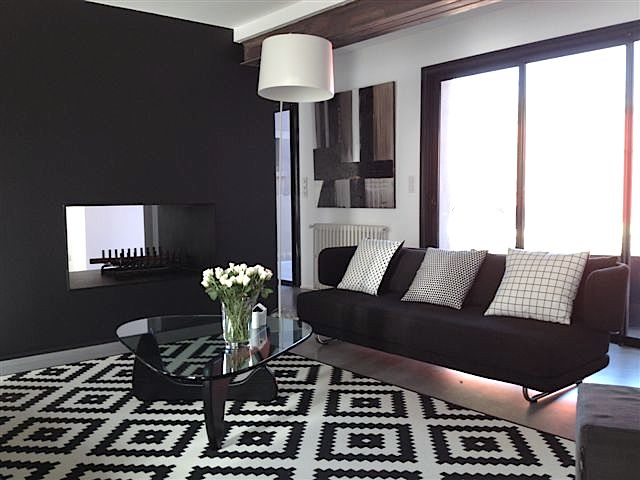interesting luespace salon est cosy et plutt avec un tapis graphique noir et blanc et deux. Black Bedroom Furniture Sets. Home Design Ideas