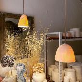 Hier nous étions en visite dans l'atelier de la talentueuse Myriam Ait Amar, dans le magnifique village de Forcalquier ! Merci Myriam pour ton accueil et tes splendides créations ✨ . . . #madeinfrance🇫🇷 #decoboheme #decoboho #luminaire #artisanat #artisanatfrancais #decorationinterieur #bohodecoration #porcelaine #instahomestyle #decoaddict #cosyhome